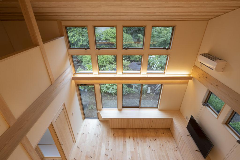 窓からのぞく庭の景色が美しい新・樹の家 (東京都T様邸)